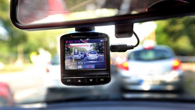 Kamera an der Frontscheibe eines Autos