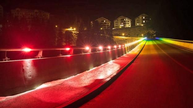 «Regenbogenbrücke» farbig beleuchtet