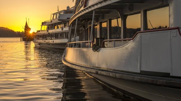 Schiffe vor dem Sonnenuntergang