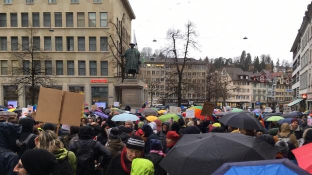 In St. Gallen haben sich rund 800 Personen zur Klimademo versammelt.