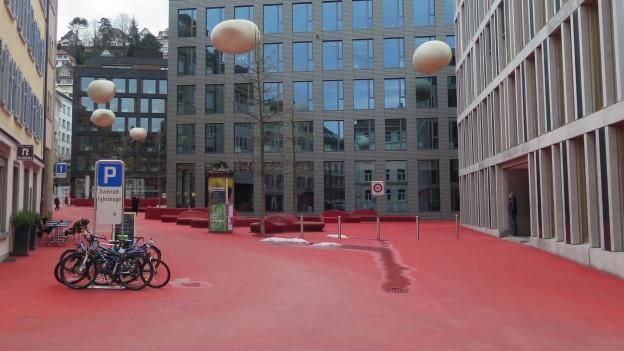 Der Rote Platz bei der Raiffeisen in der Stadt St. Gallen.