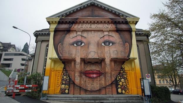 Über das Graffiti an der Offenen Kirche wird nochmals diskutiert