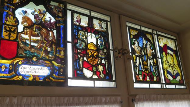 Fenster mit farbigen Einlagen