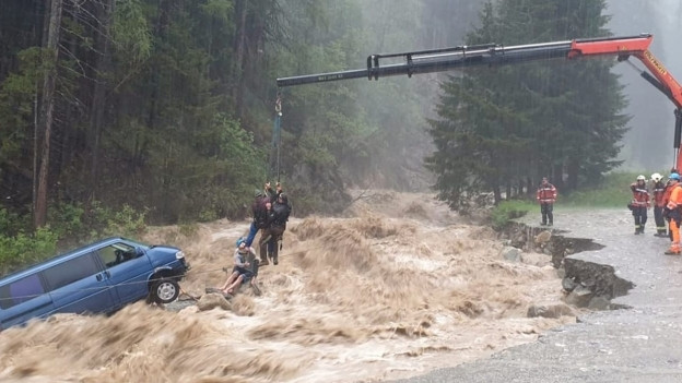 Starkregen hat zu reissenden Bächen und Überschwemmungen geführt.