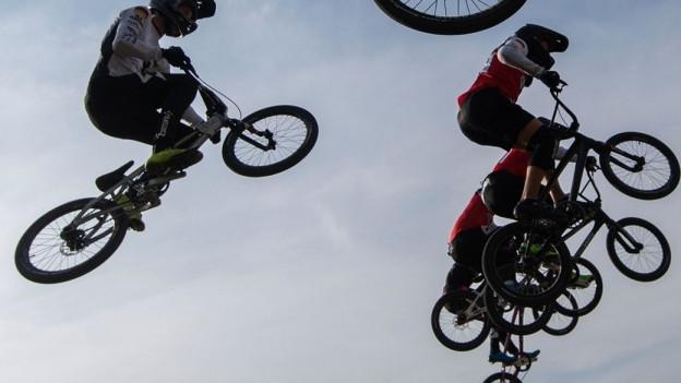 BMX Fahrer fliegen durch die Luft