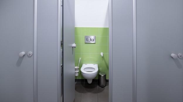 Blick durch offene WC-Türe