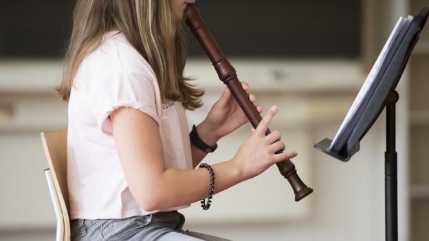 Mädchen spielt Flöte