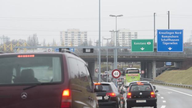 Autos stauen sich vor der deutschen Grenze.