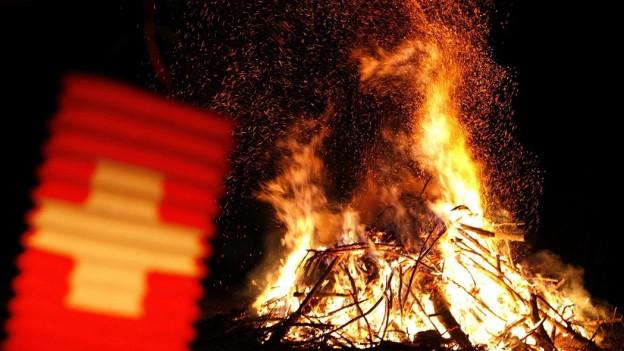 Grosses Feuer mit Lampion