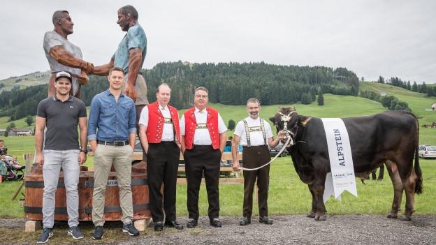 Die Holz-Skulptur und der Siegermuni wurden in Eggerstanden der Öffentlichkeit präsentiert.