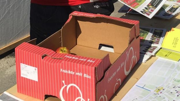 Kiste mit Äpfeln an der Fete des Vignerons