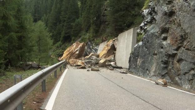 Felsen versperren eine Strasse