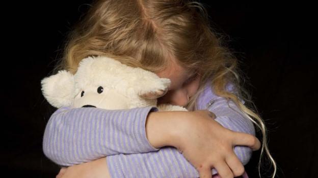 Kind hält Teddybär