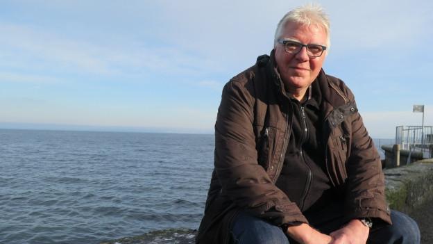 Der Stadtblogger sitzt am Seeufer