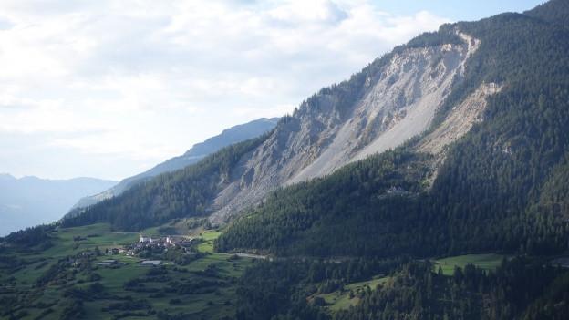 Auf einen möglichen Bergsturz sei man gut vorbereitet, heisst es im Dorf.