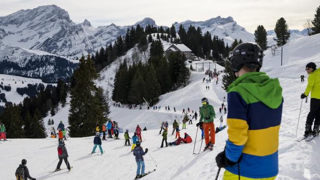 Skifahren ist gar nicht so gefährlich wie man vermuten könnte.
