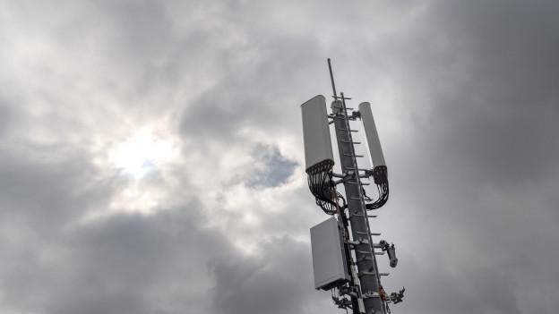 Antenne ragt in den Himmel