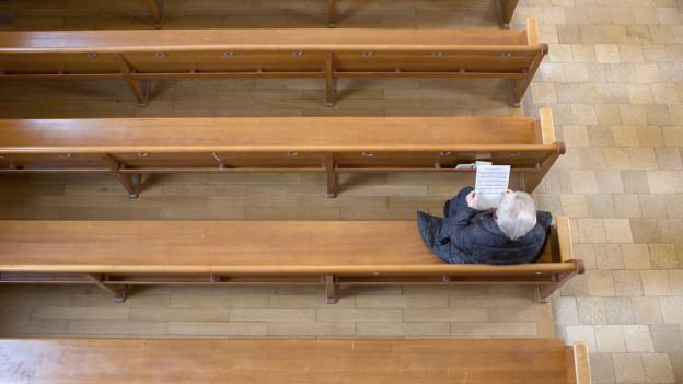 Kirche leert wegen Corona-Virus Weihwasserbecken