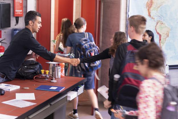 Schüler schütteln ihrem Lehrer die Hand