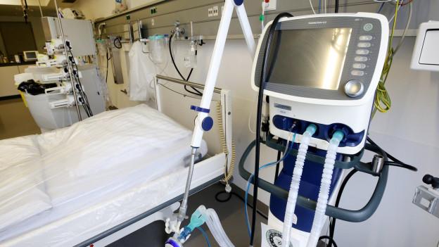 Beatmungsgeräte werden bei Corona-Patienten eingesetzt.