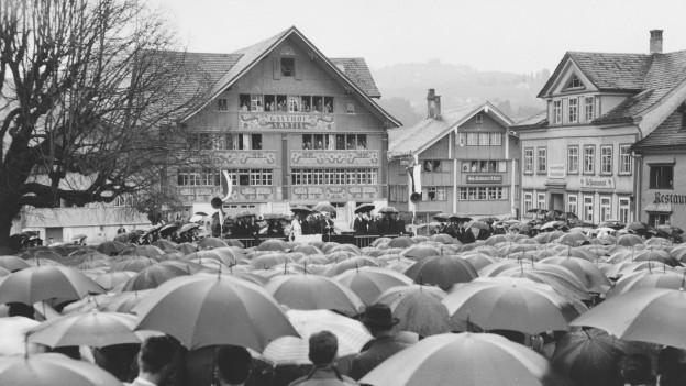 Regnerische Landsgemeinde im Jahr 1968.