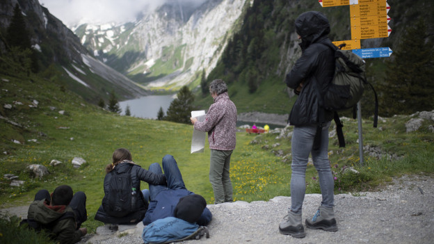 Wanderer schauen auf den Fählensee