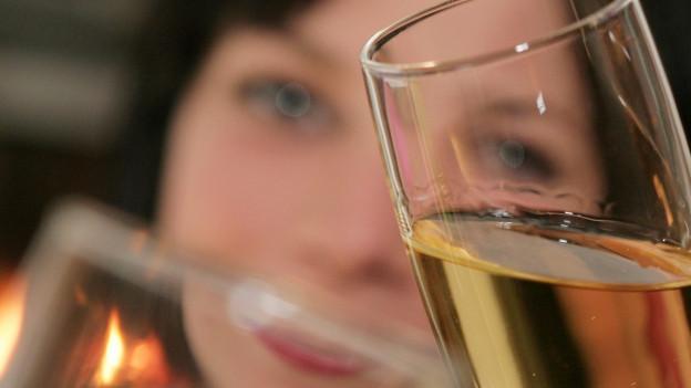 Anstossen mit Glas (Symbolbild)