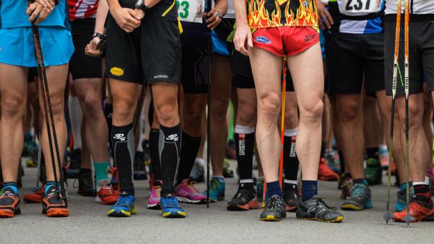 Beine von Läufern im Startbereich