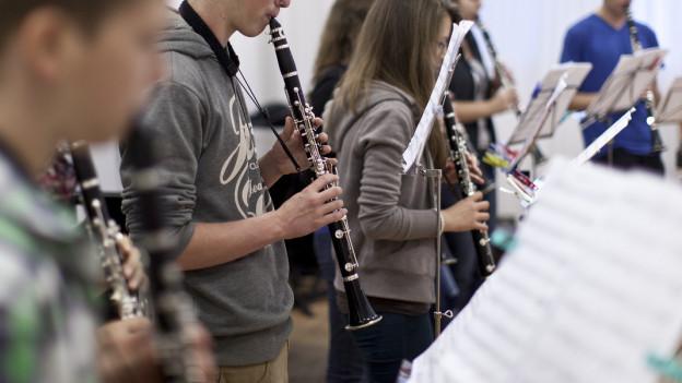 Jugendliche spielen Klarinette