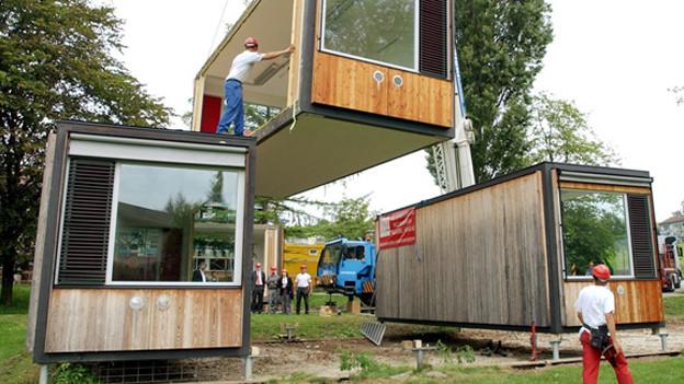 Mehr Schulraum braucht Zürich. Fünf provisorische Pavillons sollens richten.