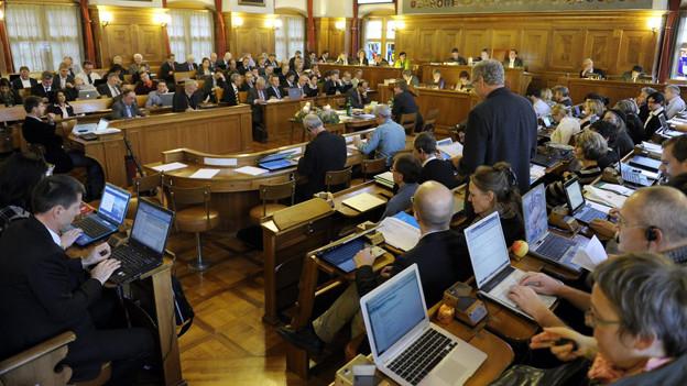 Mit Proviant gerüstet: Die Parlamentarier in der Budgetdebatte im Zürcher Kantonsrat.