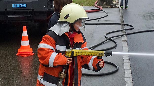 Mit vollem Einsatz dabei: Übungen mit Wasser und Feuer machen den Feuerwehrkindern am meisten Spass.