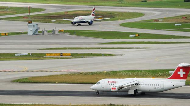 Archivbild vom Zürcher Flughafen: Jets auf dem Rollfeld.