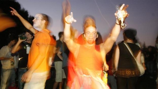 Feiern im öffentlichen Raum - solche Bewilligungen kosten für Jugendliche künftig 100 Franken.