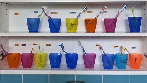 Zahnbürsten in der Kinderkrippe