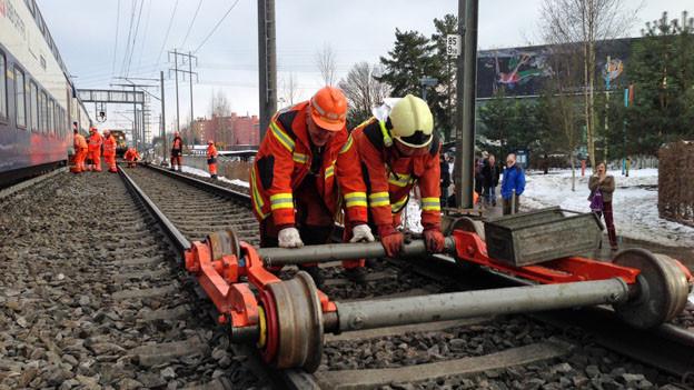 Damit der Zugverkehr am Montagmorgen wieder rollt: die Aufräumarbeiten gehen weiter.