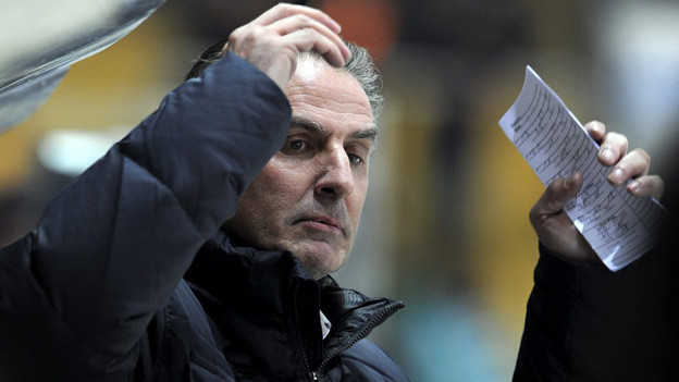 Als ob er etwas ahnt: Kloten-Trainer Felix Hollenstein coacht seine Flyers.
