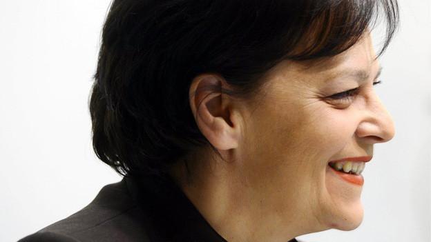 Eine zufriedene Ursula Gut präsentiert die schwarze Rechnung.