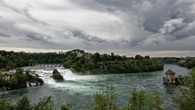 Da braut sich was zusammen: am Rheinfall und am Schaffhauser Finanzhimmel