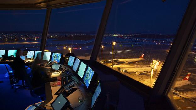 Blick aus dem nächtlichen Kontrollturm am Flughafen Zürich