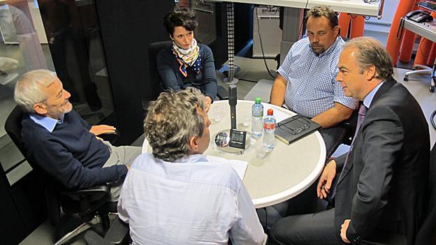 Niklaus Scherr (AL), Andrea Sprecher (SP), Roger Tognella (FDP) und Roger Liebi (SVP) bei der Diskussion im «Regionaljournal».