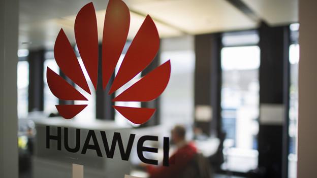 Fahnder prüfen Mitarbeiter von Huawei in Dübendorf.