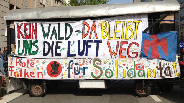 Auch die ganz Jungen demonstrieren mit: Plakat der Roten Falken am 1. Mai in Zürich.