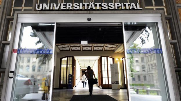 Durch die Eingangstüren des Universitätsspitals Zürich gingen 2012 mehr Patientinnen und Patienten.