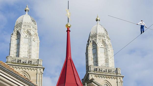 Ein Höhepunkt des Festes: Der Hochseilakt zwischen Grossmünster und St. Peter.