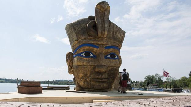 Nicht sehr standfest: Der Kopf des Pharao auf der Freilichtbühne in Pfäffikon.