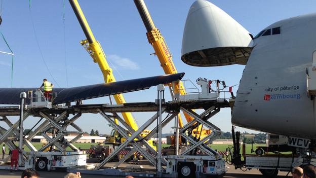 Der Solarflieger wird dem Jumbo aus der Nase gezogen.