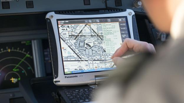 Wie wird gestartet und gelandet am Flughafen Zürich? Ein Pilot bereitet sich auf den Abflug vor.