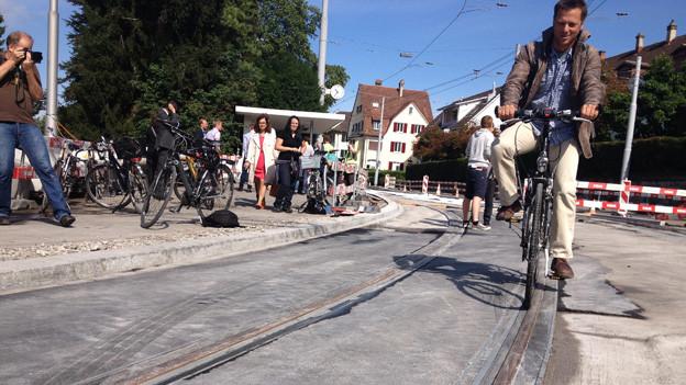 Parallel die Schienen queren - die neuen Tramgeleise machen es möglich.