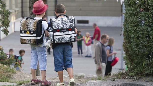 Zürcher Schulkinder gehen ohne Leuchtweste in die Schule.